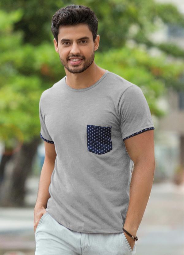 Camiseta Masculina com Bolso Estampado Cinza - Actual 8704372ab20
